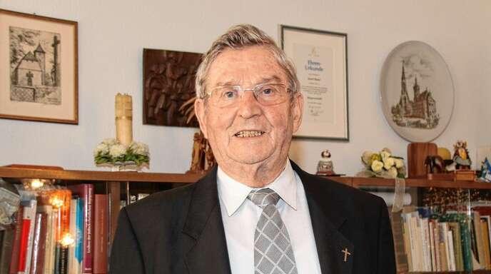 Josef Baier ist in seinem 60. Priesterjahr ein begeisterter Pfarrer i. R. – bei ihm heißt i. R. in Rufweite. Er verkündet mit Freuden weiterhin die frohe Botschaft.