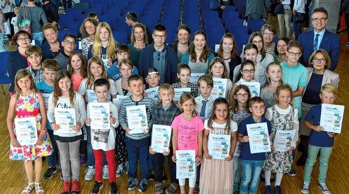 Stolz nahmen die jungen Künstler am Mittwoch bei der Preisverleihung zum städtischen Mal- und Zeichenwettbewerb ihre Urkunden aus den Händen von Bürgermeister Michael Welsche (hinten rechts) in Empfang.