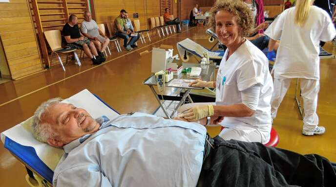 Manfred Beck aus Allmannsweier spendete zum 18. Mal sein Blut. Antje Riehle vom Blutspendedienst Baden-Württemberg-Hessen ließ ihn zur Ader.