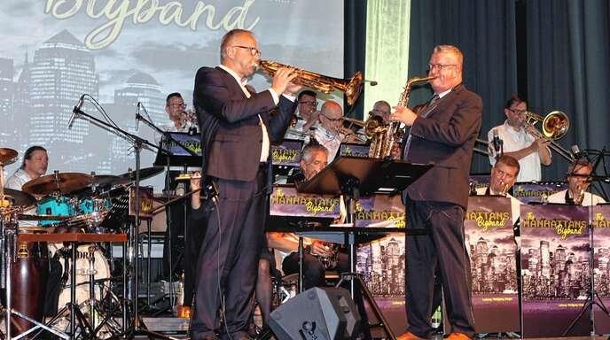 Die Brüder Wolfgang (links) und Stephan Geiger setzten dem Konzert der »The Manhattens Bigband« ihren musikalischen Stempel auf.