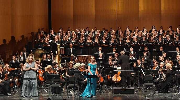 Auch die Münchner Philharmoniker unter der Leitung von Valery Gergiev ließen sich bei den Pfingstfestspielen von Sängerin Elena Stikhina (vorne Mitte) befeuern.