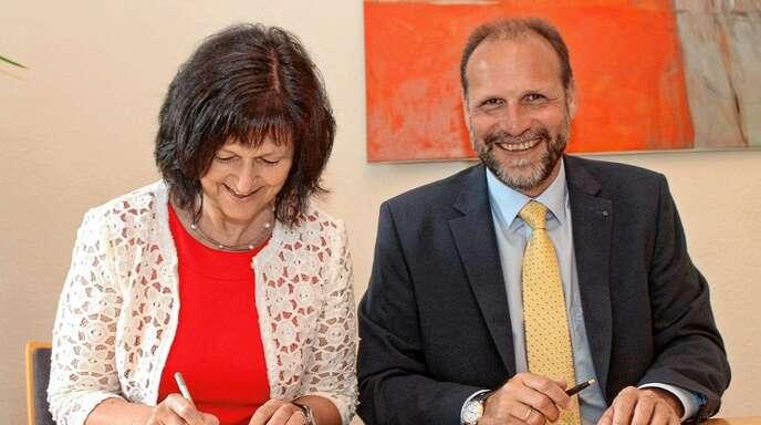 Unterzeichneten gestern den Vertrag zur Erdaushubdeponie in Ottenheim (von links): Jutta Gnädig (Ortenaukreis) und Bürgermeister Wolfgang Brucker.