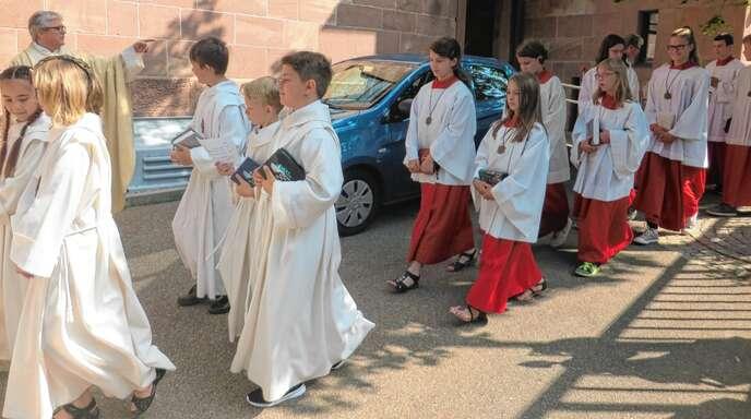 Feierlich durften die Erstkommunikanten mit den Ministranten, Diakon Konrad Schork und Dekan Georg Schmit beim Patrozinium in die Kirche einziehen.