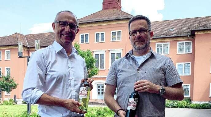 Stolz präsentieren Günter Lehmann (links) und Florian Hofmeister das neue Etikett des Illenau-Weines.