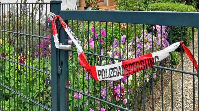 In diesem Haus in Söllingen soll ein Mann im September seinen Stiefsohn erstochen und seine Frau schwer verletzt haben. Jetzt ist der Angeklagte vor dem Landgericht Baden-Baden des Mordes angeklagt.