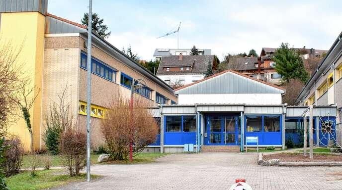 Links vom Eingang zur Laufer Neuwindeckschule von der Hauptstraße her entsteht ein Bunker für Holzhackschnitzel. Damit soll künftig der ganze »Bildungscampus« an der Laufer Schulstraße beheizt werden.