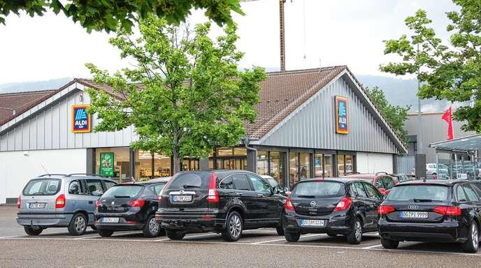 Der Handelsriese Aldi will seinen Markt im Oberkircher Gewerbegebiet Hammermatt erweitern. Dafür sollen einige Stellplätze wegfallen. Das Unternehmen muss sich aber noch gedulden, weil Oberkirch einen neuen Bebauungsplan aufstellt.