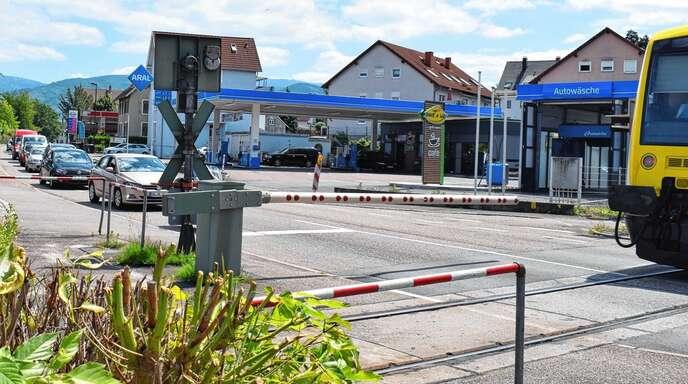 Jede halbe Stunde senkt sich die Schranke am Bahnübergang in der Fautenbacher Straße in Achern. Das wirkt sich auf den Verkehr in der Innenstadt aus.