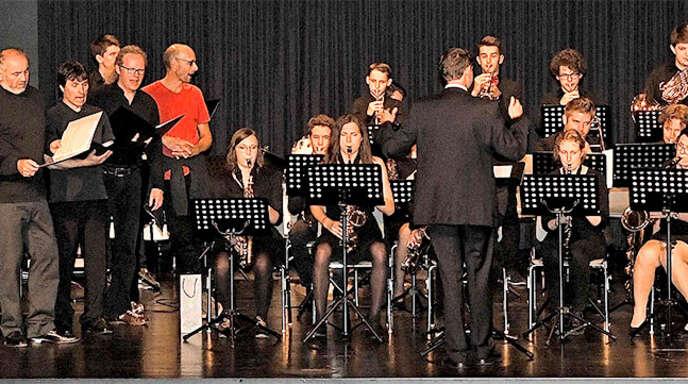 Die Big Band des Acherner Gymnasiums und der Jazzchor der Stimmwerkstatt Oberkirch begeisterten am Mittwochabend mit einem Konzert in der Mensa-Aula.