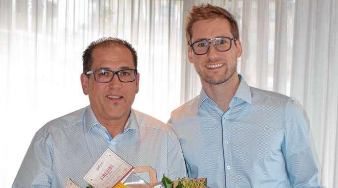 Mit Dank und Anerkennung verabschiedete Philipp Schäfer (rechts) den langjährigen zweiten Vorsitzenden von »Achern aktiv«, Andreas Koch.