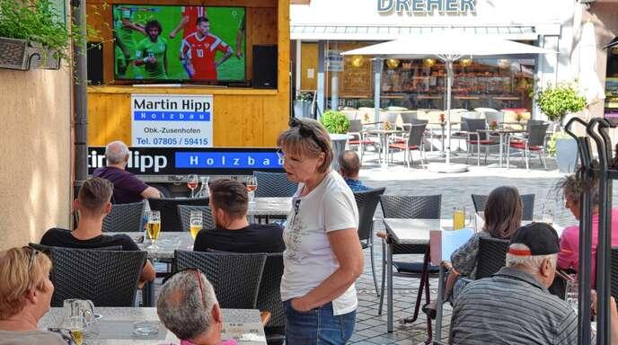 Vor den Gaststätten in der Oberkircher Innenstadt, wie hier vor der »Sonne« wird die WM live übertragen.