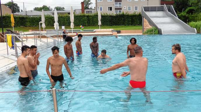 DLRG-Übungsleiter Michael Denu und Fabian Ebner sowie Abdelkader Aouci vom Internationalen Bund Baden (Mitte) trafen sich mit neun unbegleiteten jungen Flüchtlingen zum Schwimmunterricht.