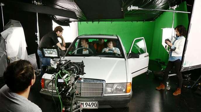 »Und Action!«: Momentan laufen in Offenburg die Dreharbeiten zu »On the Drive«. Der Kurzfilm über eine Mitfahrgelegenheit mit drei Männern wird die Abschlussarbeit zweier Studenten. Die Szenen im Auto wurden an der Hochschule Offenburg vor einem »Greenscreen« gedreht. Eine Landschaft im Hintergrund kann so später einfach am Computer eingefügt werden.