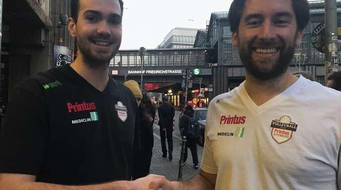 Florian Völker (l.), hier mit VCO-Manager Florian Scheuer, hat einen Zweijahres-Vertrag als Trainer des VC Printus Offenburg unterschrieben.