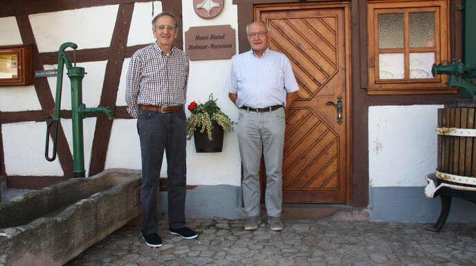 Helmut Ell (links) und Gerhard Bär können vor allem dank der alten Kirchenbücher viel über die Önsbacher Familien und Familiennamen erfahren.