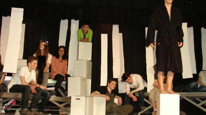 Die Aktivisten haben sich hoch in den Baumwipfeln eingerichtet: Szene aus dem Theaterstück »Terra incognita« der Großen Theater-AG des Hausacher Gymnasiums.