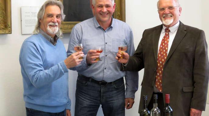 Freuen sich auf die Weinprobe (von links): Helmut Britsch, WG-Vorsitzender Richard Kopf und Heiligenzells Ortsvorsteher Gerold Eichhorn.