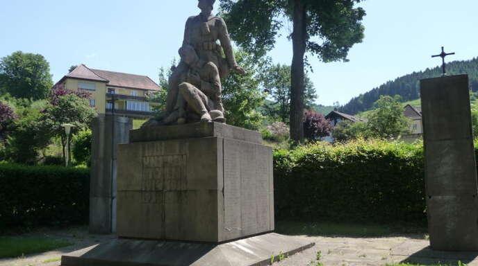 Das Oppenauer Kriegerdenkmal erinnert an die Gefallenen der Weltkriege. Seine Zukunft ist noch nicht ganz geklärt: Am jetzigen Standort sollen jedenfalls Parkplätze entstehen.