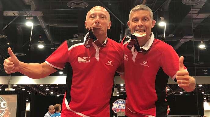 Bruno Lehmann (l.) und Achim Stoll freuen sich über den Gewinn der Bronzemedaille im Doppel bei der Senioren-Weltmeisterschaft in Las Vegas.