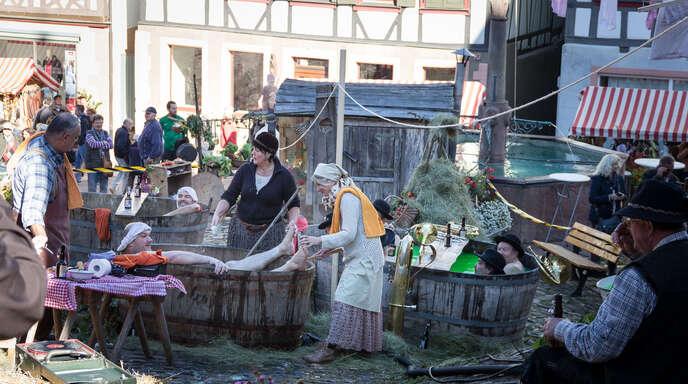 Eine detailreich inszenierte Vorführung auf dem Marktplatz zeigte Interessierten, wie früher auf Bauernhöfen gebadet, massiert und musiziert wurde.
