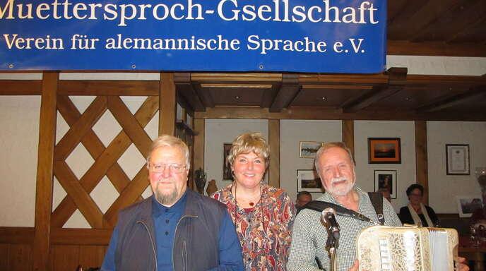 Margot Müller freute sich über die gelungene Jubiläumsfeier der Muettersproch-Gsellschaft Offenburg mit Otmar Schnurr (links) alias Nepomuk, der Bruddler, sowie den Liedermacher Wolfgang Mießmer.