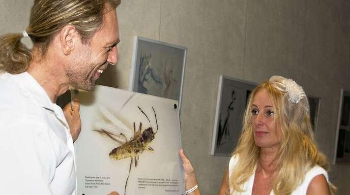 Der Offenburger Insektenforscher Manfred Ulitzka schenkt« seiner frisch angetrauten Ehefrau Jutta seine Entdeckung: Rhipidothripoides juttae.