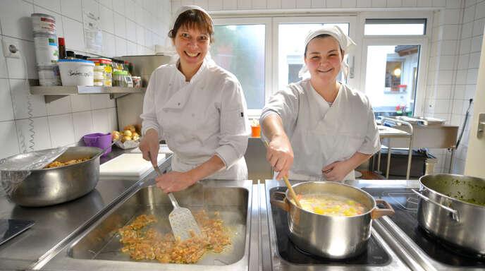 Köchin Bianca Hug (links) ist für die Ausbildung von Sina Fischer in der Küche des Haus des Lebens in Offenburg zuständig.
