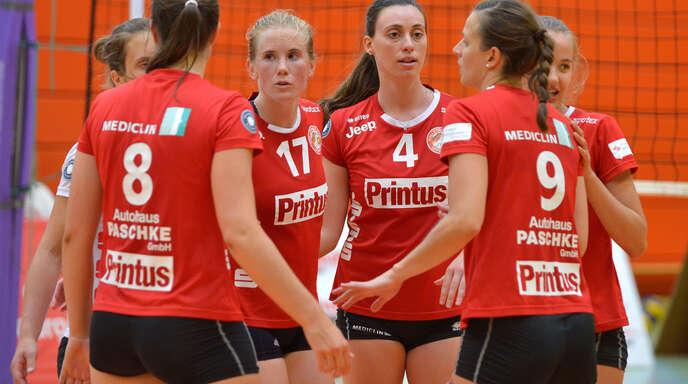 Die Offenburger Volleyballerinnen um die beiden Neuzugänge Molly Karagyaurov (Nr. 17) und Sarah McKinny (4) hatten nur im ersten Satz Mühe mit der TG Bad Soden.