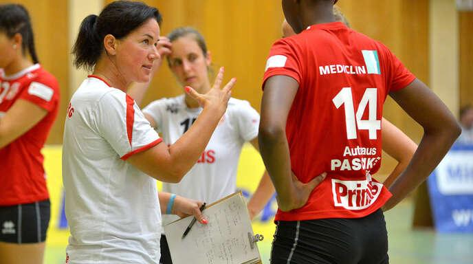 VCO-Trainerin Tanja Scheuer (l.) schwört Neuzugang Salomé Dikongué auf den Saisonauftakt in Bad Soden ein.