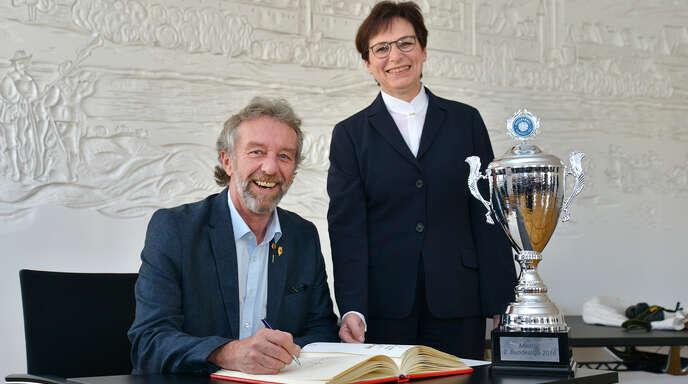 VCO-Präsident Fritz Scheuer, hier neben Offenburgs Oberbürgermeisterin Edith Schreiner beim Eintrag ins Goldene Buch, hat rund 20 Bewerbungen von Trainern erhalten.
