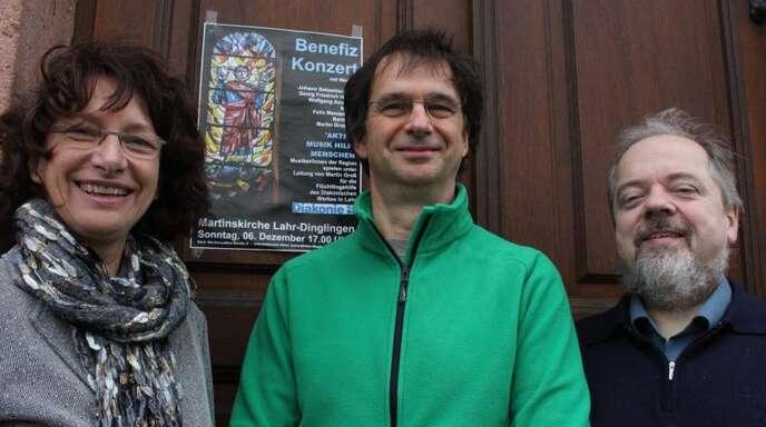 Freuen sich auf das Benefizkonzert zugunsten der Lahrer Diakonie-Flüchtlingshilfe (von links): Annedore Braun von der Diakonie Lahr, Konzertinitiator Martin Groß und Pfarrer Frank-Uwe Kündiger von der Luthergemeinde.