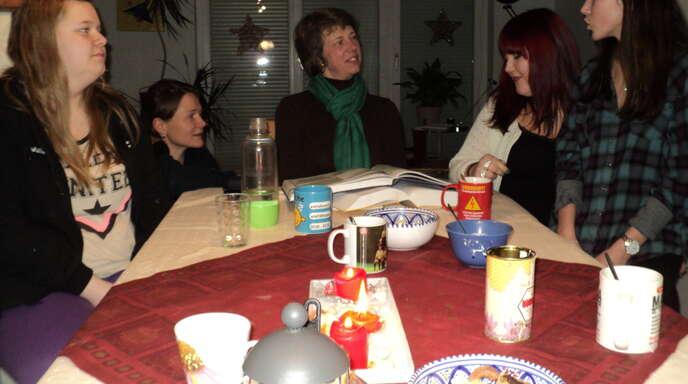 Bei Plätzchen und Tee kommt man sich näher: Wenn Fabienne Lorey und ihre vier Gäste Maria, Lotta, Malin und Nora abends noch zusammensitzen, wird viel gelacht.