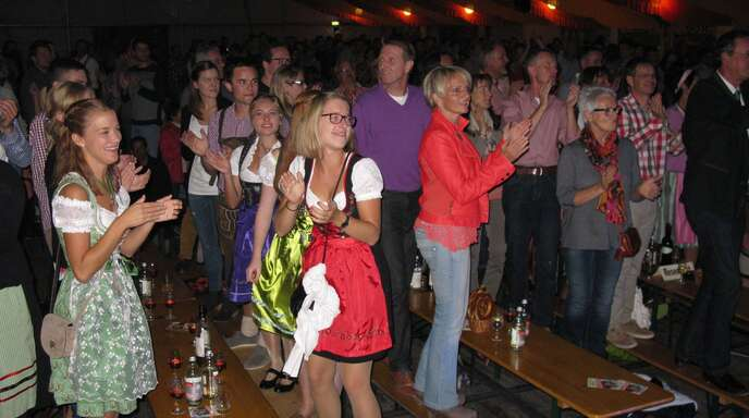 Die »Troglauer Buam« animierten die Besucher im Weinfestzelt schnell dazu, auf Bierbänken zu stehen. Die Band aus der Oberpfalz hatte sogar ihren eigenen Fanclub dabei.