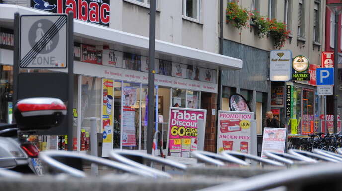 Kehler Hauptstraße, Richtung Bahnhof: Hier, in Grenznähe, reihen sich besonders viele »Tabac«-Läden an Automaten-Bistros. Vom einst blühenden eingesessenen Kehler Einzelhandel bleibt keine Spur.