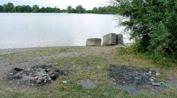 Zahlreiche Feuerstellen auf der Liegewiese zeugen von Grillpartys am Korker Baggersee. Die zurückgelassenen Müllberge hat die TDK inzwischen beseitigt.