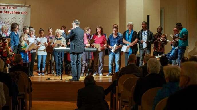 Der Freundeskreis Flüchtlinge Lahr trug mit seinem gemischten Chor, bestehend aus Flüchtlingen und Lahrern verschiedener Nationalitäten, selbst zum Rahmenprogramm der Bürgerpreis-Verleihung bei. Der Chor sang afrikanische Lieder und das deutsche Volkslied »Die Gedanken sind frei«.