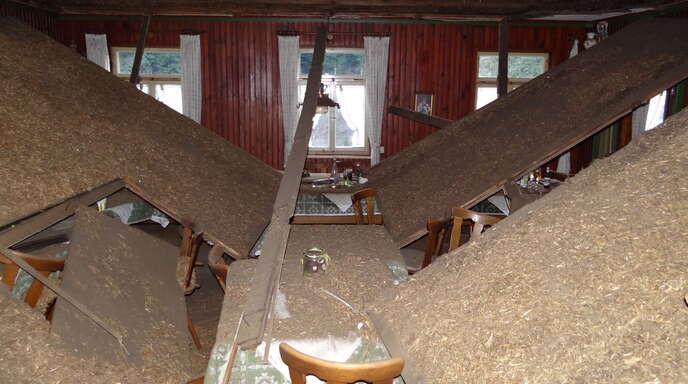 Gegen 19 Uhr löste sich am Samstagabend im Schankraum des »Martinshofs« in Kaltbrunn die Decke von den Balken. Die Tische waren für die Hauptversammlung der »Dorfbätscher« als Tafel an die Außenwände gestellt und blieben von den Deckentrümmern verschont.