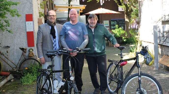 Bürgermeister Alexander Schröder (links) und Klaus Bleckwehl (rechts) von der Radstation in Meißenheim empfingen am Freitag den eifrigen Radler Oliver Trellenberg.