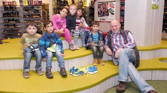 893bb254ab5853 Stadtrat Wolfgang Fischer und einige Flüchtlingskinder beim Schuhe  aussuchen  Am Ende wurde für jeden das
