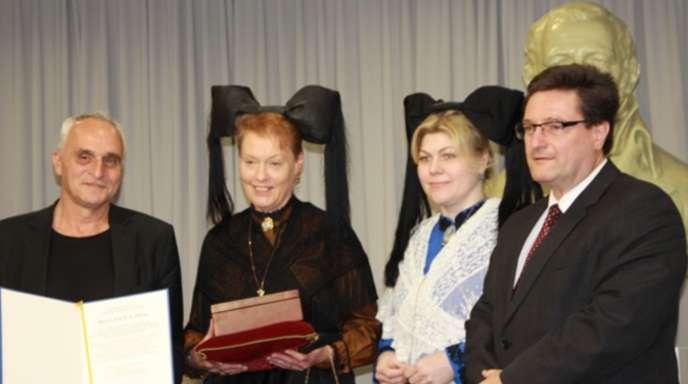 Hebelbund-Präsident Volker Habermaier (rechts) zeichnete gemeinsam mit Trachtenträgerinnen den Hausacher Dichter und Literaturvermittler José F. A. Oliver im Dreiländermuseum in Lörrach mit dem »Hebeldank« aus.