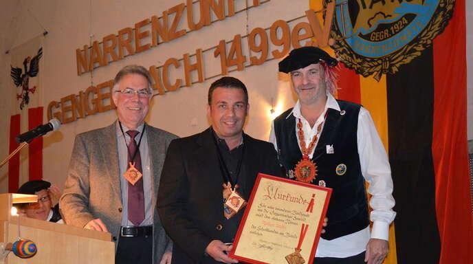 Besonders hohe Auszeichnung: Rüdiger Stadel (Mitte) erhielt aus vielerlei Gründen den »Schalksorden am Bande« von Ehrenkanzler Rudi Maurer (links) und Zunftmeister Jürgen Räpple.