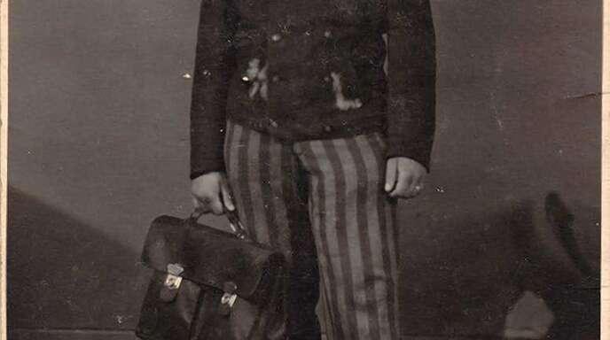 Sigmund Nissenbaum konnte als junger Mann nach dem Aufenthalt im KZ-Außenlager Offenburg fliehen. Das Foto zeigt ihn nach seiner Befreiung in Sträflingskleidung, aber mit einer Aktentasche der SS-Aufseher, die er zur Sicherung von Beweismaterial an sich genommen hatte.