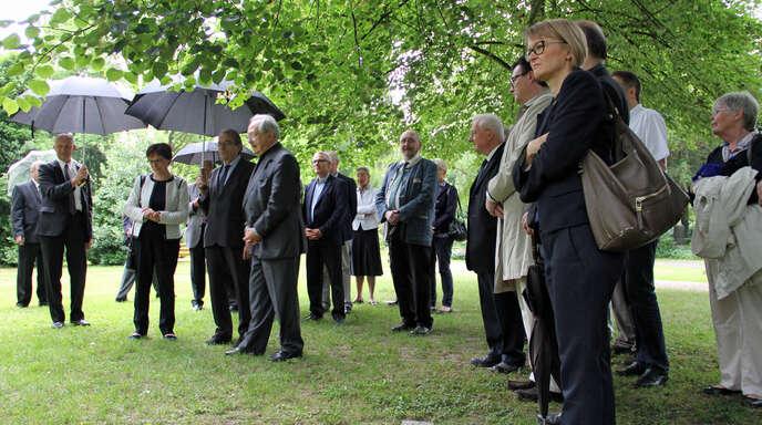Straßburgs Oberbürgermeister Roland Ries besuchte am Samstag mit einer Delegation das Grab von Johannes Knauth auf dem Waldbachfriedhof.