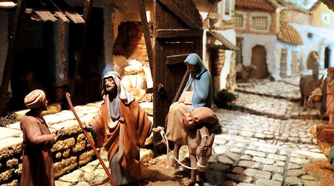 In einem Diorama, Schaukasten, suchen Maria und Josef nach einer Herberge. Es wurde von dem Spanier Martin Castells 1888 entworfen.