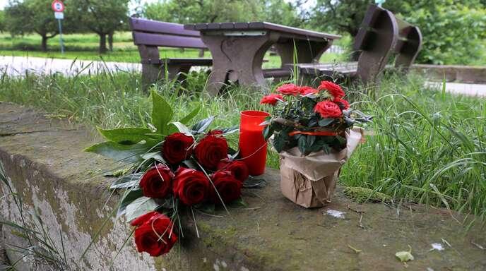 Blumen am Tatort bei Ortenberg, wo am Samstag die Leiche eines 43-Jährigen gefunden wurde.