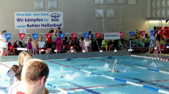 Unübersehbar prangt das kämpferische Banner des Kehler Schwimmvereins über dem Becken.
