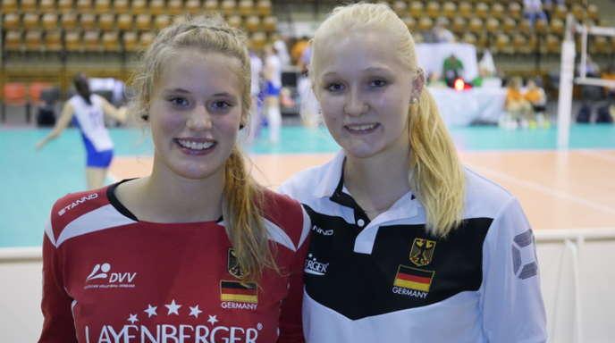 Pia Leweling (l.) vom VC Offenburg und die ehemalige VCO-Spielerin Merle Weidt fieberten am Wochenende vor dem PC mit ihren Nationalmannschafts-Kolleginnen in Riga mit.
