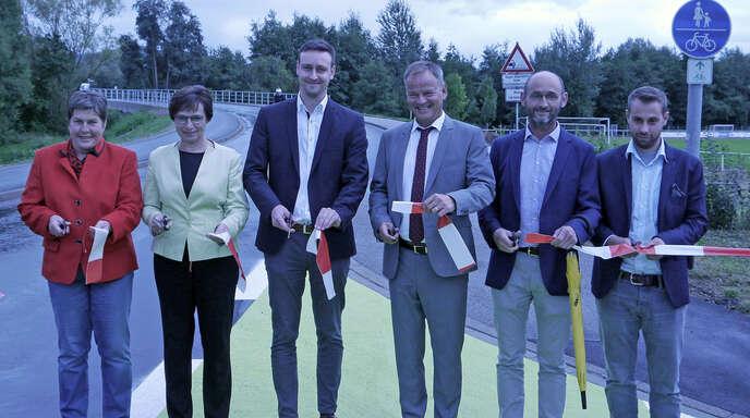 Landrat Frank Scherer (3.v.r.) gab am Dienstag mit Offenburgs Oberbürgermeisterin Edith Schreiner (2.v.l.) die neue Rad- und Gehwegverbindung frei. Mit dabei waren auch Gudrun Vetter (li.), Ortsvorsteherin von Weier und Georg Schrempp (3.v.l.), Ortsvorsteher von Bühl, sowie Markus Zink vom Regierungspräsidium Freiburg (2.v.r.) und Maximilian Zendt (re.) von der Arbeitsgemeinschaft Leonhard Weiss/Joos.