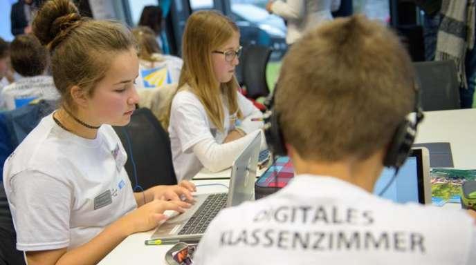 Schulkinder beim 10. Nationalen IT-Gipfel in Saarbrücken.