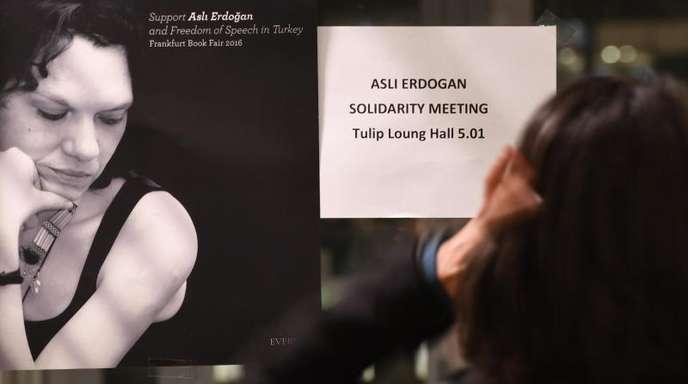 Oktober 2016: Auf der Buchmesse in Frankfurt am Main weist ein Plakat auf eine Solidaritätsveranstaltung für die inhaftierte Schriftstellerin Asli Erdogan hin.